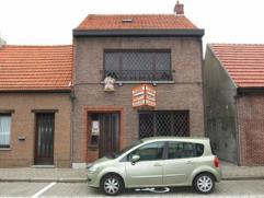 Centraal gelegen woning met zij-ingang op perceel van 415 m². Dit te renoveren eigendom beschikt over 2 slaapkamers (mogelijk 3de te voorzien op