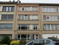 Goed gelegen en verzorgd appartement met als indeling een inkomhal, living, keuken, badkamer en 2 slaapkamers. Het appartement heeft een terrasje acht
