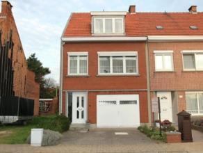 Rustig gelegen gezinswoning nabij centrum Hoevenen met 4 mogelijk 5 slaapkamers, inpandige garage en tuin van 90 m². Grotendeels pvc ramen met du