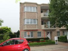 Ruim gelijkvloersappartement met 2 slaapkamers en tuin van 148 m² (ZW) gelegen in een doodlopende straat. Autostaanplaats, individuele kelder en