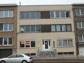 Te renoveren gelijkvloersappartement, gelegen aan goede verbindingswegen en openbaar vervoer.Dit appartement heeft een living, keuken, badkamer, 1 sla