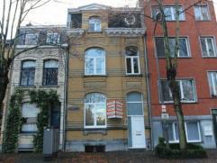 Zeer ruime woning, gelegen nabij het centrum, openbaar vervoer, scholen en winkels. Deze woning omvat op het gelijkvloers een inkomhal, ruime living,