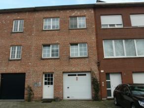 Instapklaar duplex gelijkvloersappartement, deels 1ste verdieping, gelegen in een doodlopende straat. Dit appartement heeft op het gelijkvloers een in