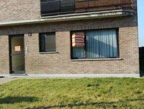 gelijkvloersappartement met 3 slaapkamers, zuidgerichte tuin van 78 m², individuele kelder en 2 garageboxen. Beschikbaar 1 mei 2015 (eventueel 1