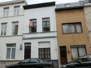 Ruime gezinswoning met 4 slaapkamers en tuin. Zeer rustig gelegen in aangename woonomgeving nabij Berchem station. De woning is pefect ingedeeld om te