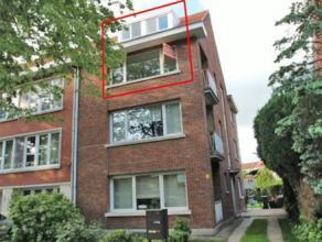 Volledig gerenoveerd duplexappartement met 3 slaapkamers gelegen in rustige en groene woonomgeving nabij het centrum van Mortsel. Onmiddellijk beschik