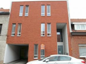 Recent gelijkvloersappartement met 1 slaapkamer, koer van 27 m² en garage. Onmiddellijk beschikbaar.