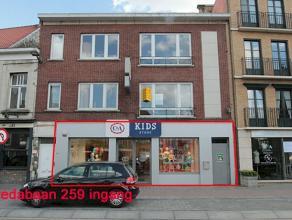 Commercieel gelegen opbrengsteigendom in het centrum van Brasschaat. Bestaande uit handelsgelijkvloers van 537m².