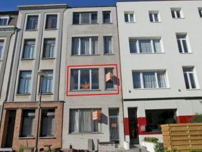 Gunstig gelegen studio op de eerste verdieping met als indeling een living, keuken/douche, aparte kleine slaapkamer en een kelder. Deze centraal geleg