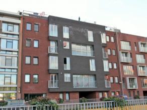 Recent dakappartement met twee ruime terrassen gelegen in het centrum van Kapellen. Verder oa ingericht met 2 slaapkamers, modern en volledig ingerich