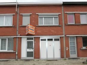 Zeer degelijke en verzorgde eengezinswoning, zeer goed gelegen nabij de Diksmuidelaan, openbaar vervoer en winkels. Op het gelijkvloers is er een inpa