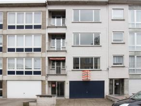 Goed gelegen te moderniseren opbrengsteigendom bestaande uit 3 appartementen met telkens 2 slaapkamers. Op het gelijkvloers is een inkomhal, garage, t