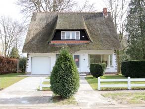 Volledig opgefriste villa met rieten dak gelegen in woonwijk De Sterre. De woning beschikt over 4 slaapkamers, 2 badkamers, inpandige garage en tuin.
