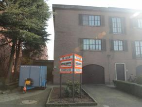 Bel-etage woning gelegen in een doodlopende straat met 3 slaapkamers , ruime tuin en 2 garages. Inpandige garage momenteel ingericht als praktijkruimt