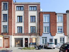 Centraal gelegen te moderniseren woning/opbrengsteigendom bestaande uit 3 appartementen met telkens 1 slaapkamer. Op het gelijkvloers is er een inkomh