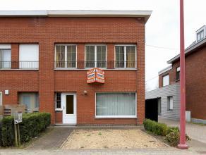 Goed gelegen te renoveren halfopen woning (naast de woning is een smal weggetje) met als indeling op het gelijkvloers een inkomhal, living, keuken, ba