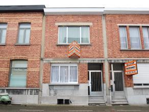 Nabij het centrum gelegen ruime woning met op het gelijkvloers een inkomhal, zeer ruime woon- en eetruimte van ± 50 m², eenvoudige keuken,