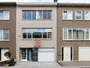 Deze goed gelegen en goed verzorgde ruime ééngezinswoning omvat 3 slaapkamers, ingerichte keuken, living met open haard, badkamer, buree