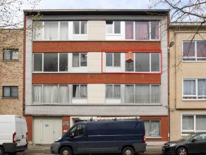 Bij openbaar vervoer en parken gelegen appartement met 2 slaapkamers, aangenaam terras en garagebox. Centrale verwarming vernieuwd in 2015.