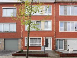 Goed gelegen gelijkvloersappartement met inkomhal, eenvoudige keuken, living, badkamer met ligbad, apart toilet, 1 slaapkamer en tuin. Klein beschrijf