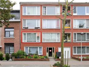 Goed gelegen appartement met als indeling een inkomhal, living, ingerichte keuken, badkamer, 2 slaapkamers en een kelder. Centrale ligging in mooie la