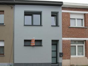 Volledig gerenoveerde woning rustig gelegen in een doodlopende straat in het centrum van Hoevenen. Dit instapklaar eigendom beschikt over 2 ruime slaa