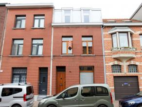 Gunstig gelegen verzorgde burgerwoning met 4 ruime slaapkamers en zuidtuin. Op het gelijkvloers heeft men ook nog een gezellige veranda/bureauruimte e