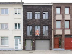 Recent volledig vernieuwde woning en centraal gelegen nabij goede verbindingswegen, scholen, winkels. Op het gelijkvloers is er een inkomhal, een gara
