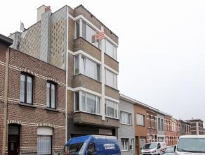 Centraal gelegen en zeer goed onderhouden appartement met als indeling een living met eetplaats, open keuken, badkamer en 1 slaapkamer. Het appartemen
