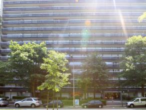 Mooi en instapklaar appartement, gelegen op de 8ste verdieping met prachtig panoramisch uitzicht. Dit appartement heeft een inkomhal, living, vernieuw