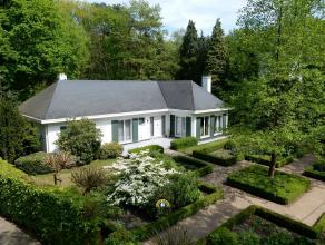 Instapklare gelijkvloersvilla met mooie tuin op ruim 2.000m², op een residentiële locatie in Heide-Kalmthout.GELIJKVLOERS:- Inkomhal m