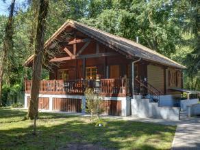 Degelijk gebouwde chalet met 2 slaapkamers, comfortabele keuken en badkamer, sfeervolle woonkamer open tot in de nok, gezellig overdekt terras, ruime