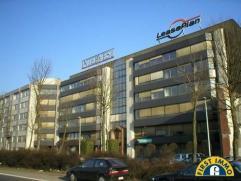 Het betreft hier prestigieus en modern kantoorgebouw gelegen op de Antwerpse Singel vlakbij de E 19 en de Antwerpse Ring. Mogelijkheid tot reclame op
