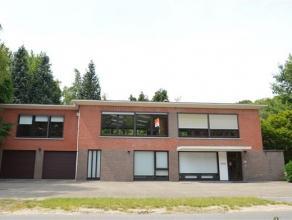 GELIJKVLOERS - inkom- traphal (15.1 m²) - bureauruimte van 20 m² - grote bureauruimte van 45.5 m², momenteel in dienst als archief - be