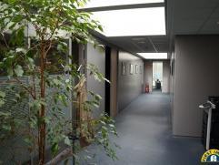Mooi, ruim en instapklaar kantoor met een oppervlakte van 300m² in Mechelen ! Het betreft een modern kantoor van 300m² dat volledig gerenove