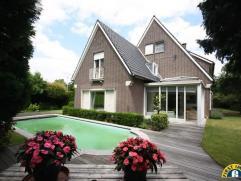 Aan het Nachtegalenpark en Den Brandt gelegen karaktervolle villa met tot 7 slaapkamers en zwembad op een grond van 1.114m²! In de woning kan mak
