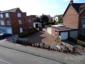 Zeer rustig doch centraal gelegen bouwgrond te Wilrijk; het betreft een perceel bestemd voor een half-open bebouwing. De tuin van de linkeraanpa