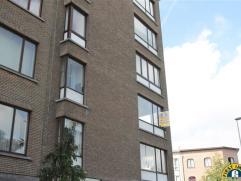 Knus 3 slaapkamer appartement met lichte woonkamer gelegen aan een groen pleintje te Wilrijk Valaar. Indeling: De ruime private inkomhal verschaft toe