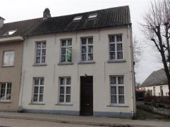 Authentieke woning in het dorpscentrum van Hingene met 2 slaapkamers, ruime zolderruimte en tuin op een perceel van 460m². Herenwoning met authen