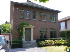 Degelijk & rustig gelegen gelijkvloers appartement in open bebouwing met riante tuin, uitgebreid zonneterras, parking & garage, 2 slaapkamers