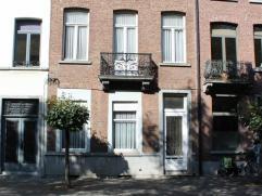 Ruime herenwoning met tuintje , gelegen op 400m van het station en nabij centrum Mechelen. Veel originele elementen zijn bewaard gebleven , zoals molu