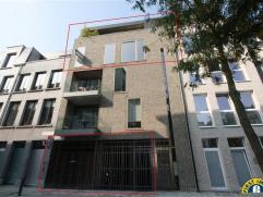 Prachtige duplexpenthouse + achtergelegen gebouw bestaande uit 3 ingerichte kamers (maar mogelijk ook geschikt als kantoor/atelier/...) + dubbele gara