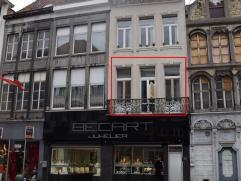 Recent appartement gelegen op de eerste verdieping met 2 slaapkamers gesitueerd in een karaktervolle woning. Gelegen midden centrum Mechelen met zicht