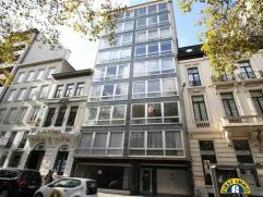 Goed onderhouden en meteen instapklaar ruim 2-slaapkamer appartement (+ mog P) met de hele dag zon en een fenomenaal panoramisch zicht over Antwerpen.