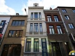 Prachtige authentieke historische woning met polyvalent gelijkvloers, momenteel 1-slaapkamer appartement, maar mogelijk handelsgelijkvloers, in het ha
