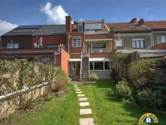 Ideaal gelegen toffe gezinswoning met ZW-tuin nabij De Bist in Wilrijk. De woning ligt in een rustige straat met plaatselijk verkeer, doch nabij inval