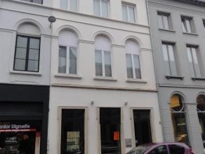 Ruim pand met 4 verdiepingen waarvan op het gelijkvloers een handelspand huist, en de resterende 3 verdiepingen als woning kunnen gebruikt worden. Het