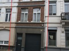 Instapklare ruime woning met 3 slaapkamers, tuin én garage, die eventueel dienst kan doen als tweewoonst. Dit op wandelafstand van Berchem Stat