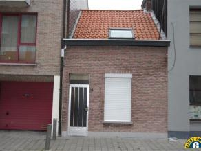 Zeer charmante te renoveren woning gelegen in een rustige straat in Berchem. Ideaal voor starters, alleenstaanden en Handige Harry's. Indeling: Gelijk