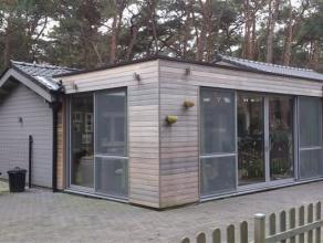 Charmante chalet van 2009 met 3 slaapkamers, leefruimte met open keuken, veranda met prachtig groen zicht en pelletkachel + bergzolder. GELIJKVLOERS: